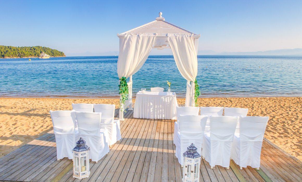 Svadba pod holým nebom pri oceáne